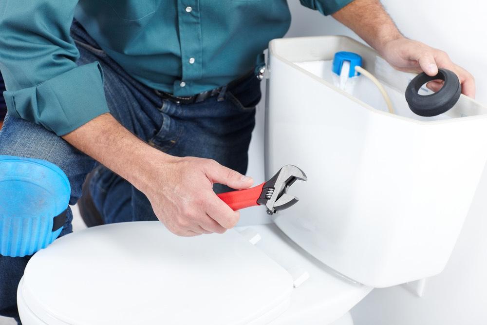 repairing leaky toilet plumber